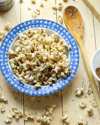 Easy Spicy Garlic Parmesan Popcorn: all you need is popping corn, olive oil and a special spice blend for a tasty, low-calorie treat!